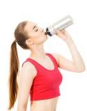 Sportowa dziewczyna napojów woda po ćwiczyć odizolowywam w białych półdupkach Zdjęcia Royalty Free