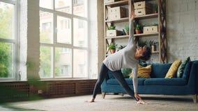 Sportowa dziewczyna robi sekwenci siła i rozciągający joga ćwiczy w domu podczas indywidualnej praktyki jaźń zbiory wideo