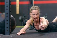 Sportowa kobieta daje kciukowi up zdjęcie stock