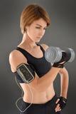 Sportowa kobieta excercising z dumbbells Obraz Royalty Free