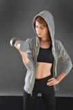 Sportowa kobieta excercising z dumbbells Fotografia Stock