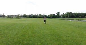 Sportowa kobieta jogging w łące Tylny widok zbiory wideo