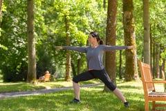 Sportowa kobieta pracująca w wiosna parku out zdjęcie royalty free