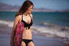 Sportowa kobieta przygotowywająca surfować obraz stock