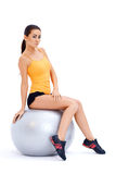 Sportowa kobieta relaksuje na sprawności fizycznej piłce Zdjęcia Stock
