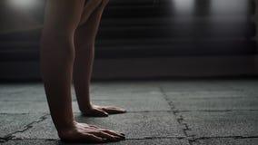 Sportowa kobieta robi Ups zamkniętemu w górę jej twarzy w zwolnionym tempie w gym na zbiory