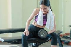 Sportowa kobieta robi ćwiczeniu z dumbbell na spor Zdjęcia Stock
