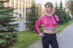 Sportowa kobieta słucha muzyka na hełmofonach obrazy stock