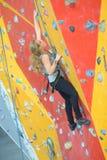 Sportowa kobieta wspina się indoors widok od plecy Obrazy Royalty Free