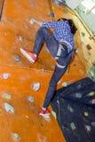 Sportowa kobieta wspina się indoors, widok od plecy Fotografia Stock