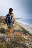 Sportowa kobieta Wycieczkuje ocean scenerię Obrazy Stock