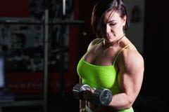 Sportowa kobieta z dumbells Zdjęcie Royalty Free