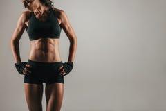 Sportowa kobieta z silnymi brzusznymi mięśniami Obrazy Royalty Free