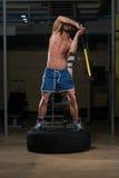 Sportowa mężczyzna uderzeń opona Obraz Stock