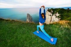 Sportowa młoda kobieta ćwiczy outdoors Obraz Stock