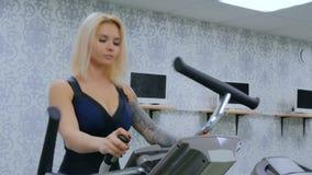 Sportowa młoda kobieta pracująca na stepper maszynie przy gym out zbiory