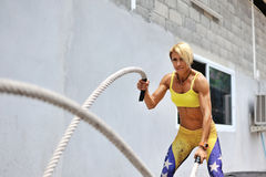 Sportowa młoda kobieta robi niektóre crossfit ćwiczy z arkaną o Zdjęcia Stock