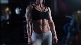 Sportowa mięśniowa kobieta zdjęcie wideo