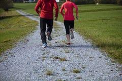 Sportowa potomstwo para biega outdoors Zdjęcie Royalty Free