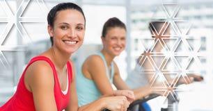 Sportowe dysponowane kobiety w gym z trójboka interfejsem Zdjęcia Stock
