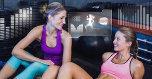 Sportowe dysponowane kobiety w gym z zdrowie interfejsem Zdjęcia Stock