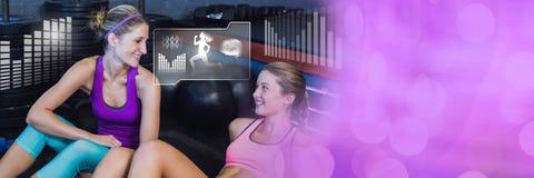 Sportowe dysponowane kobiety w gym z zdrowie interfejsem Obrazy Royalty Free