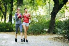 Sportowe kobiety jogging w naturze Fotografia Royalty Free