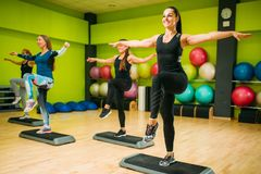 Sportowe kobiety na kroka tlenowcowy stażowy salowym Zdjęcia Stock
