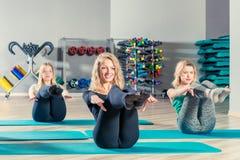sportowe młode kobiety trenuje w gym, grup klasy Zdjęcia Stock