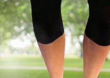 Sportowe schudnięcie nogi w parku Zdjęcia Stock