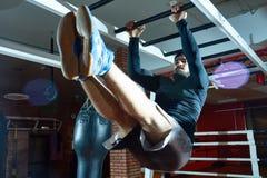 Sportowego mężczyzna stażowy abs na barach zdjęcie stock
