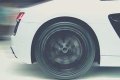 Sportowego samochodu bieg przy wysoką prędkością na drodze obraz stock