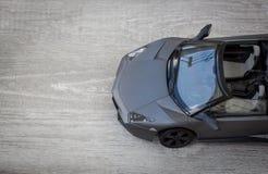 Sportowego samochodu model na drewnianym tle zdjęcie stock
