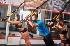 Sportowi ludzie robi crossfit szkoleniu zdjęcie stock