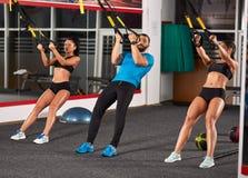 Sportowi ludzie robi crossfit szkoleniu zdjęcia stock
