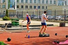 Sportowi młodzi człowiecy robi niektóre crossfit ćwiczą z arkanami outdoors Obrazy Royalty Free