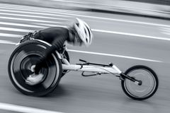 Sportowi turniejowi wózków inwalidzkich użytkownicy w monochromatycznym błękitnym tonali Obrazy Royalty Free