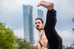 Sportowiec robi karate kopie wewnątrz miasta śródmieście zdjęcie royalty free