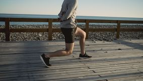Sportowiec robi kucnięciom z lunges outdoors na ranku opracowywa zbiory wideo
