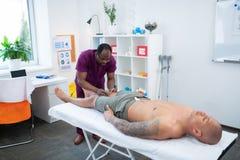 Sportowiec zamyka jego oczy cieszy się rehabilitacja masaż obraz royalty free