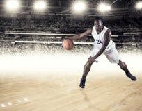 Sportowy amerykanina afrykańskiego pochodzenia gracz koszykówki drybluje piłkę Zdjęcia Royalty Free