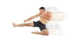 Sportowy boksera wojownik wykonuje latającego bocznego kopnięcie Obrazy Royalty Free