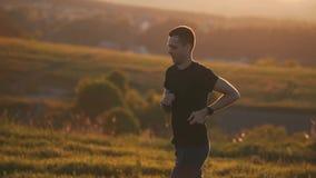 Sportowy facet biega outdoors w świetle słonecznym zbiory wideo