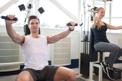 Sportowy Gym instruktor Robi klatki piersiowej prasy ćwiczeniu obraz stock