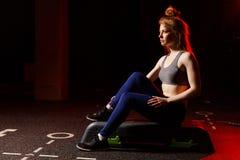 Sportowy kobiety obsiadanie na sprawność fizyczna kroku zdjęcie stock