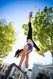 Sportowy kobiety spełniania handstand na barze zdjęcie stock