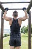Sportowy mężczyzna ćwiczy i trenuje, plenerowy obrazy royalty free