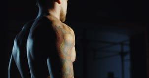 Sportowy mężczyzna ćwiczy z dumbbells przy gym zbiory