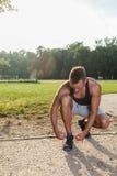 Sportowy mężczyzna bierze odpoczynek Zdjęcia Royalty Free