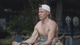 Sportowy mężczyzna podnosi barbell w parku ?wiczenie dla biceps?w blisko portret koncepcja kulowego fitness pilates z?agodzenie f zbiory wideo